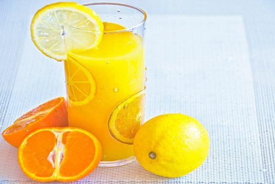glas met sinaasappels en vitamine c